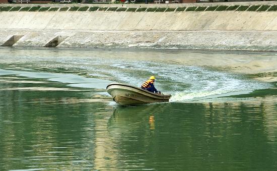 Hà Nội dùng công nghệ mới để tẩy sạch hồ bẩn