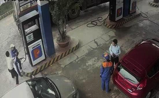 Nghệ An: Cán bộ ngân hàng đánh nữ nhân viên trạm xăng