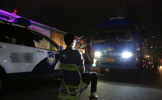 Trung Quốc phạt tài xế rọi đèn pha khi đi trên đường