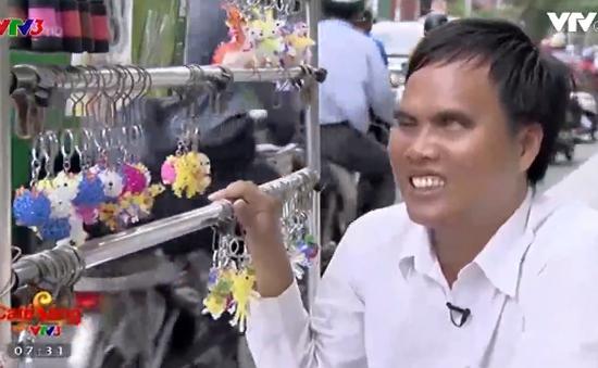 Chàng trai mù bán hàng rong nuôi cả gia đình
