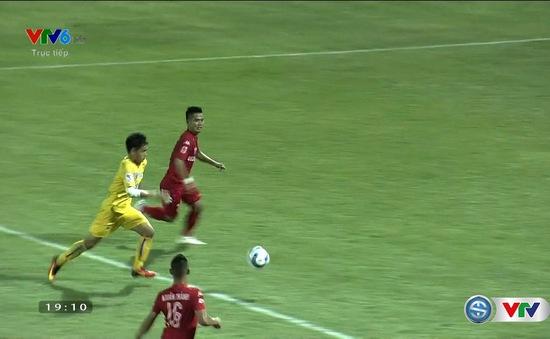 VIDEO V.League 2016: Đình Tùng trừng phạt sai lầm hàng thủ đội khách!