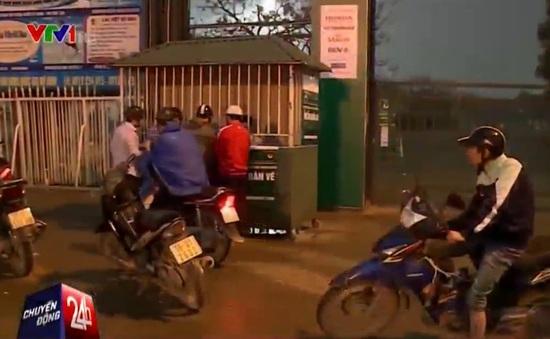 Cổ động viên đội mưa mua vé xem trận ĐT Việt Nam - Đài Loan (TQ)
