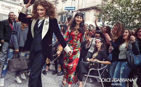 Dàn chân dài của Dolce & Gabbana gây náo động đường phố Italy