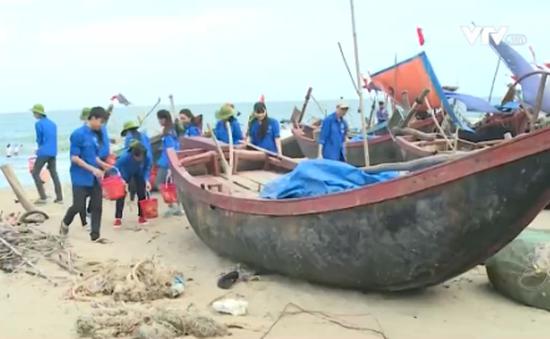 Thanh niên Thanh Hóa chung tay dọn sạch rác ở bãi biển