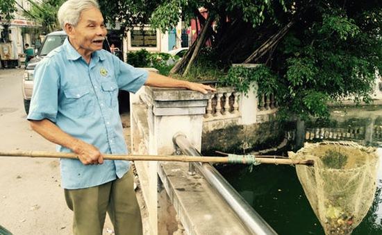 Cụ ông hơn 20 năm tình nguyện dọn rác không công tại Hà Nội