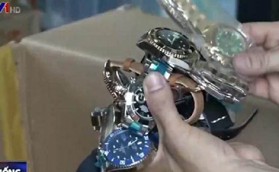 """Thu giữ số lượng """"khủng"""" đồng hồ giả tại chợ Bến Thành (TP.HCM)"""