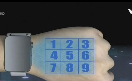Đồng hồ thông minh chiếu hình ảnh giao diện lên tay người dùng