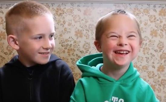 """""""Tan chảy"""" trước video cảm động của anh và em trai mắc hội chứng Down"""