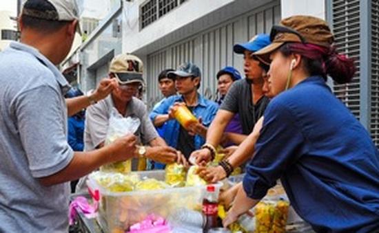 Xếp hàng dài giữa trời nắng nóng chờ mua xoài lắc ngon nhất TP.Hồ Chí Minh