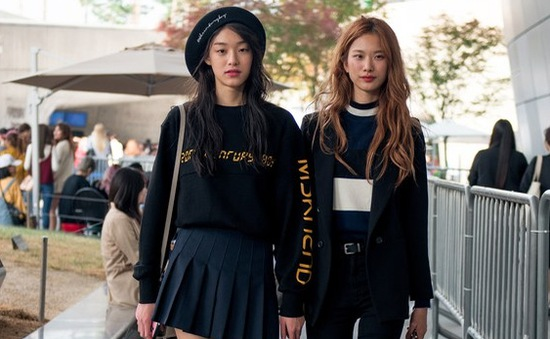 """Màu đen cá tính """"phủ sóng"""" thời trang đường phố Hàn Quốc"""