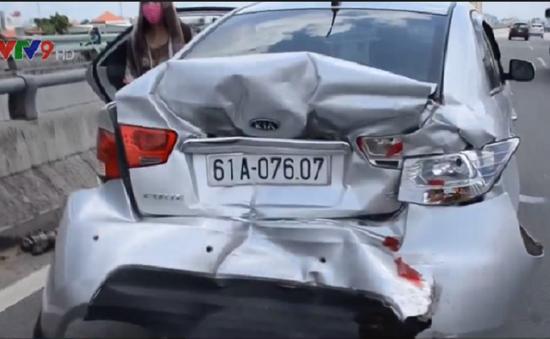 TP.HCM: 4 người trong một gia đình thoát chết trong ô tô nát bét