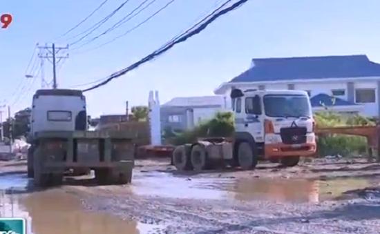 Người dân TP.HCM bức xúc với con đường có hàng trăm ổ voi, ổ gà