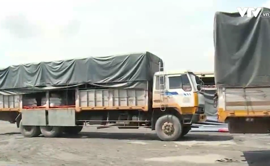Bắt quả tang 5 xe tải chở đường cát nhập lậu tại TP.HCM