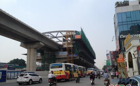 Một công nhân ngã từ công trường đường sắt Cát Linh – Hà Đông xuống đường