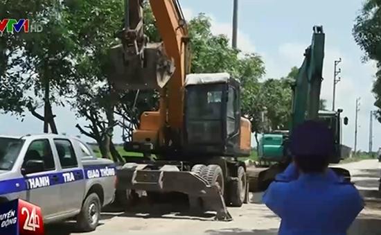 """Doanh nghiệp dùng xe lu, xe tải, máy xúc """"nhốt"""" xe công vụ"""