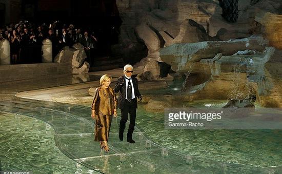 Fendi làm show thời trang trên mặt nước