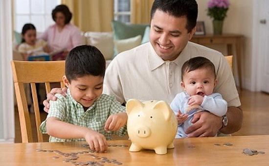 Có nên cho trẻ em làm quen với tiền?
