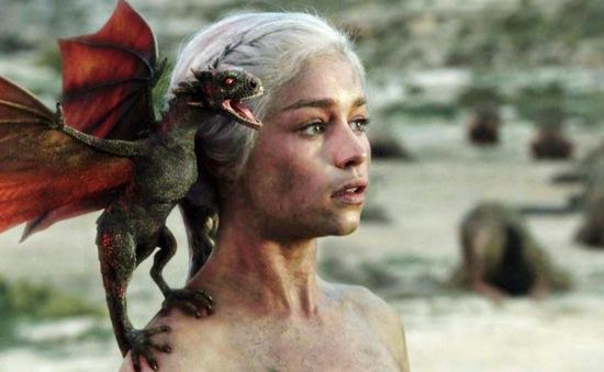 """""""Mẹ rồng"""" Emilia Clarke kiếm được bao nhiêu tiền từ Game of Thrones?"""