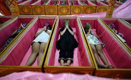 Giả vờ... chết để xả xui tại Thái Lan