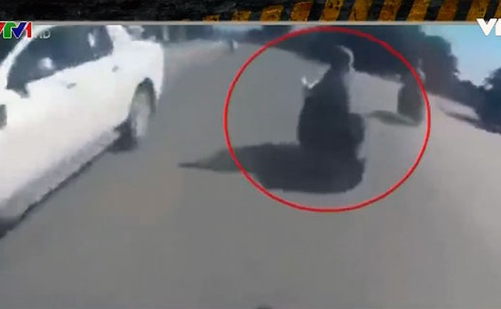 Thanh niên đi xe phân khối lớn đâm thẳng xe máy đột nhiên rẽ ngang