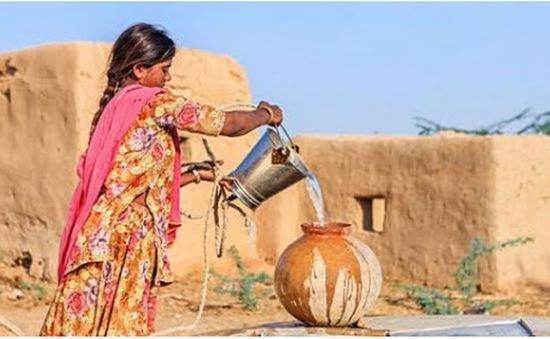 Người đàn ông tự tay đào giếng lấy nước cho vợ
