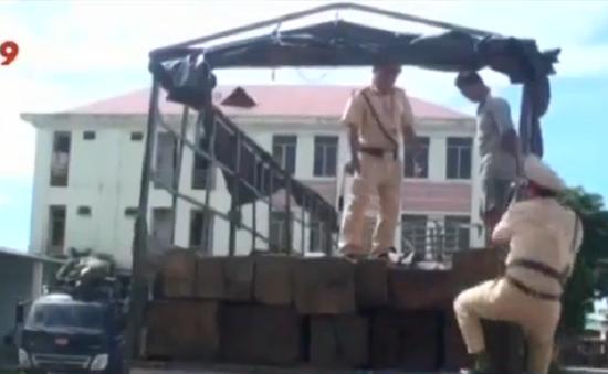 Quảng Ngãi: CSGT bắt ô tô chở 5m3 gỗ lậu
