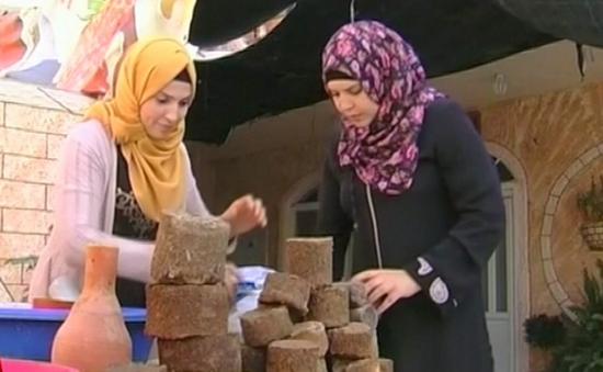 Phụ nữ Palestine chế tạo gỗ từ than bùn và dầu ô liu