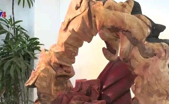 """Độc đáo triển lãm """"Điêu khắc gỗ tái sinh"""""""