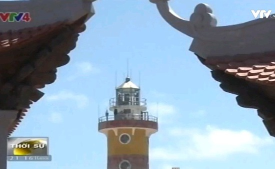 Đoàn kiều bào thăm ngọn hải đăng trên đảo Sơn Ca