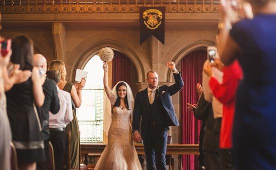 """Đám cưới siêu """"độc"""" của cặp fan cuồng Harry Potter"""