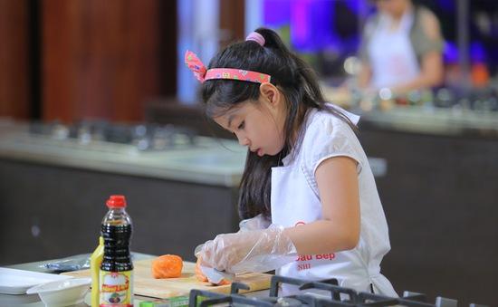 """Vua đầu bếp nhí: Tự tin với món sushi, """"công chúa thỏ"""" vẫn bị loại"""