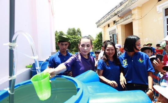 Ca sĩ Phi Nhung trao máy lọc nước nhiễm mặn cho đồng bào miền Tây