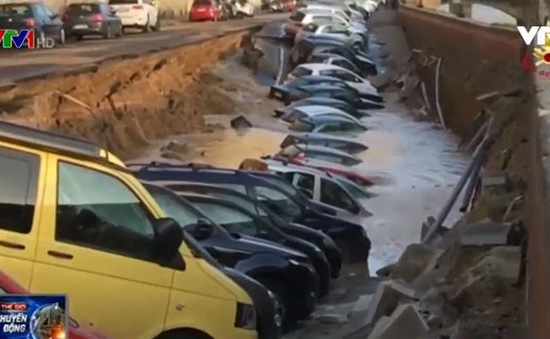 Sụt đường tại Florence (Italy), 20 chiếc xe ô tô rơi xuống hố