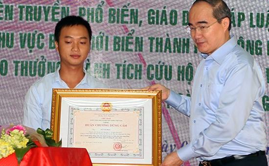 Tặng huân chương cho ngư dân cứu người vụ chìm tàu sông Hàn