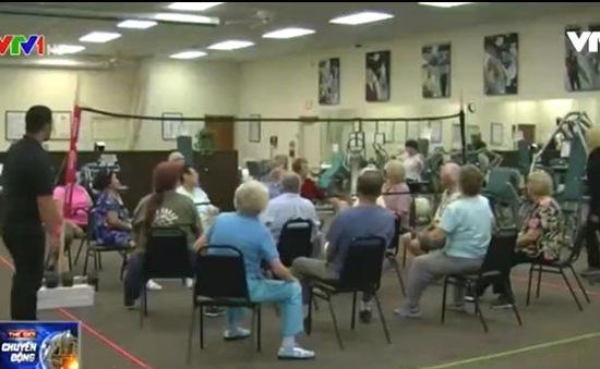 """Lớp học """"Bóng chuyền ngồi"""" dành cho người già tại Mỹ"""