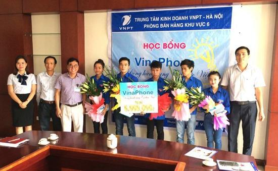 """Sinh viên trường Cao đẳng Truyền hình nhận học bổng """"Vinaphone - Đồng hành cùng tri thức Việt"""""""