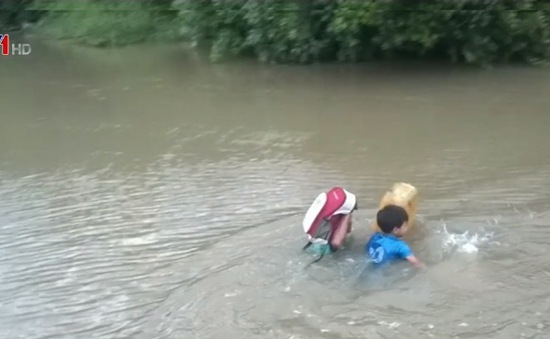 Phú Yên: Hiểm họa tiềm ẩn khi học sinh phải bơi qua sông đi học