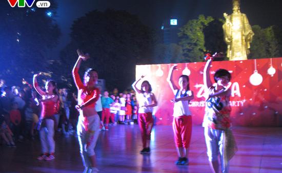 Noel 2016: Hàng trăm bạn trẻ nhảy Zumba nóng bỏng ở Hồ Gươm