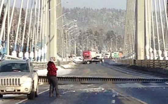 Canada: Cầu mới được thông xe đã tách... làm đôi