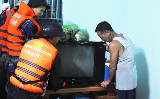 Lữ đoàn 170 Hải quân giúp người dân Quảng Ninh chống lụt