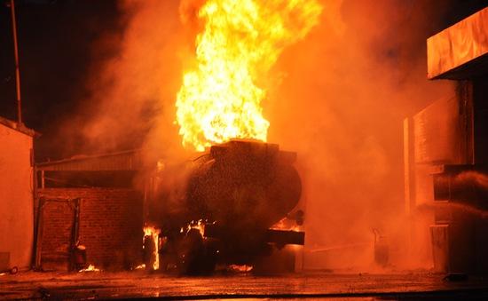 Quảng Ninh: Xe bồn chở xăng dầu bốc cháy ngùn ngụt tại cây xăng