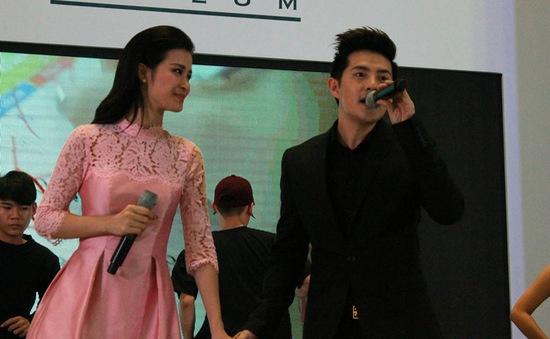 Đông Nhi tay trong tay Ông Cao Thắng ra mắt MV mới tại AEON MALL Long Biên