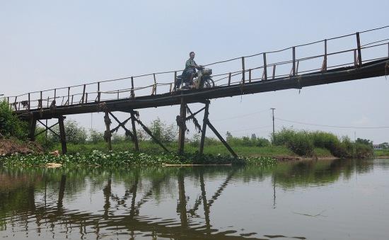 """Cận cảnh cây cầu """"chờ sập"""" tại Hà Nội"""