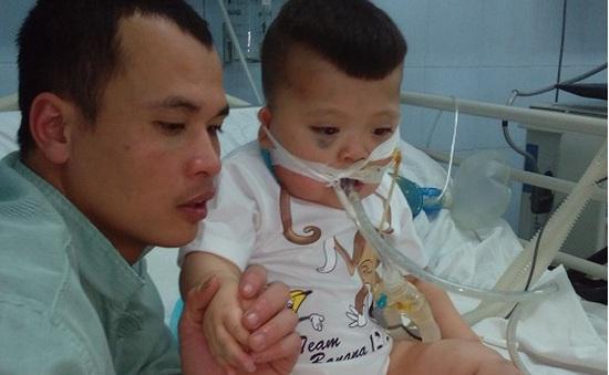 Xót xa hoàn cảnh bé trai 3 tuổi chưa một lần rời máy thở