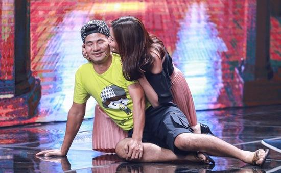Xuân Bắc được diễn viên trẻ hôn trên sân khấu Nhà cười