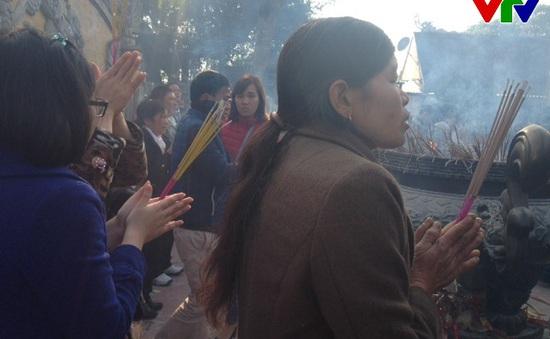 Người dân nhộn nhịp đi lễ cầu may mắn đầu năm