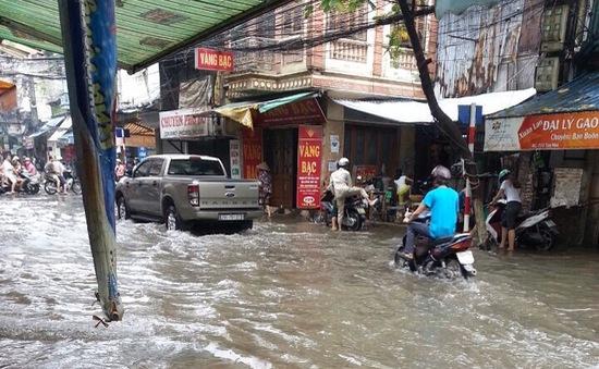 Sau 2 ngày mưa lớn, KĐT Dương Nội (Hà Đông) vẫn chìm trong biển nước