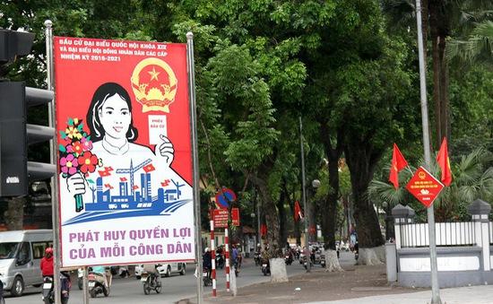 Phố phường Hà Nội thông thoáng, rực rỡ cờ hoa ngày bầu cử