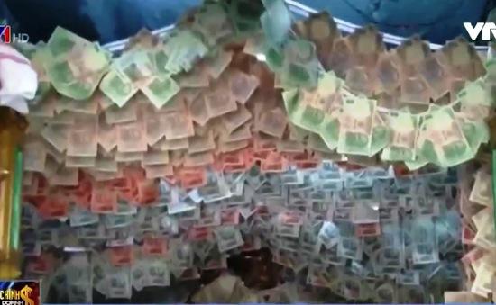 Ấn Độ: Trang trí ngôi đền với hơn 10.000 USD tiền mặt
