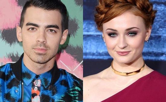 Mỹ nhân Game of Thrones và Joe Jonas tình tứ hết mực